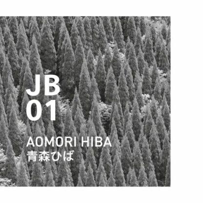 JB01 AOMORI HIBA japanese botanical air Een houtachtig aroma, fris en warm, gevuld met de simpele kracht van de natuur. Ingrediënten: Hiba, Momi-blad, cederhout, cipres, rozemarijn, enz.
